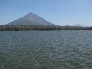Ometepe-saari järveltä nähtynä. Vasemmalla Concepcion, jota intiaanit kutsuivat nimellä Kuun Veli ja oikealla Maderas, intiaaninimeltään Auringon Maa.