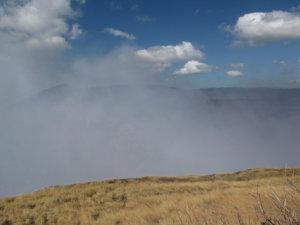Masayan tulivuoren 250 metriä syvä Santiago-kraatteri höyryää taukoamatta.