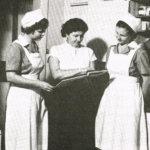 Arolassa oli säännöllisesti kotitalousharjoittelijoita, tässä pohdittaneen päivän töitä.