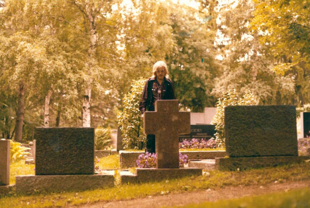 Raul Reiman halusi hänestä otettavan mainoskuvia Akaan hautausmaalla.