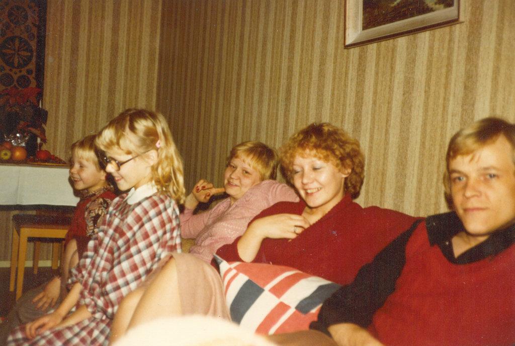 Reimanin perheen joulutunnelmaa, mukana taustalla myös Terttu Reimanin sisar.