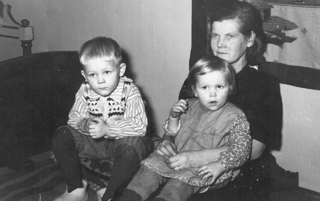 Raul ja Pirjo Reiman Hilma-mummon kanssa Jokelassa.