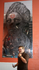 Taiteilija Pekka Ruuskan teoksen peilipintaan on kaiverrettu silmäkuvioita, joihin voi mallata omia silmiään.