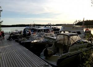 Hyvä sää houkutteli uistelukilpailun jälkeen laiturin täyteen veneitä Kekässä.