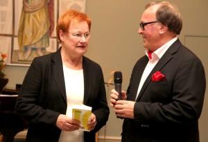 Presidentti Tarja Halonen luovutti eläkkeelle jäävälle Ilari Rantakarille Ilkka Taipaleen kokoaman kirjan Sata suomalaista innovaatiota.