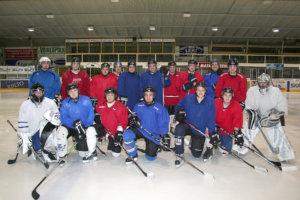 Akaan Kiekon edustusjoukkue harjoittelee ja pelaa kotipelinsä Lempäälän jäähallissa. Edustuksen pelaajarinkiin kuuluu parikymmentä miestä.