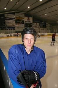 Akaan Kiekon edustusjoukkueen pelaaja-valmentaja Janne Silanderin mukaan jääkiekko merkitsee myös rentoutumista arjen muista kiireistä. – Kun tunnin saa kentällä hikeä päälle, siinä unohtuu kaikki muu.