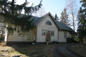 Maatilan päärakennusken ympärille lohkaistaan noin hehtaarin tontti ja molemmat myydään.