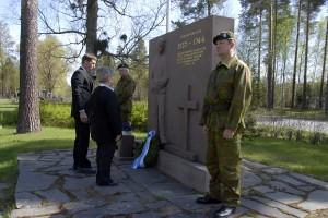 Kaupunginvaltuutettu Jouni Vaittinen ja Raija Toivonen laskivat Akaan kaupungin seppeleen sankarihaudalle.