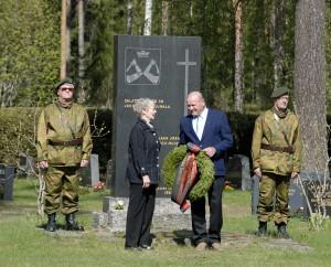 Kylmäkosken Karjalaisten puolesta seppeleen laskivat Karjalaan jääneiden muistomerkille Enni Kuisma ja Jaakko Halonen.