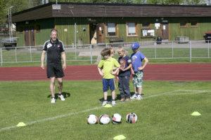 Palloilullisia liikuntatunteja oppilaille veti Toijalan Pallo -49 B/C-tyttöjen valmentaja Niko Sulin.