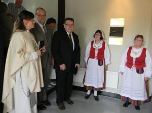 Reliefin vastaanottivat Riina Saastamoinen (vas.) ja Reino Salminiemi ja sen luovutti Erkki Salo. Airueina toimivat Marja-Leena Seppälä ja Kaija Rupponen.