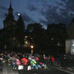 Ulkoilmaelokuva houkutteli torille monenikäistä väkeä