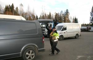 Markku Luoma heittää koiranruokasäkin Juha Tammen autoon. Tammi kuluu vakiasikkkaisiin, joka oppi asioimaan Veljekset Luomalla liikkeen sijaitessa vielä Huuskan talossa.