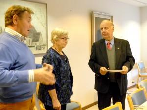 Valkeakosken–Sääksmäen sotaveteraanien puheenjohtaja Aulis Saarinen (oik.) vastaanotti vihtahuutokaupan tuottoshekin tarttislaisilta Kaisa Tiaiselta ja Pekka Hovilalta.