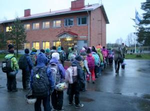 Rasin koulun neloset ja kakkoset asettuivat jonoon saavuttuaan Asemalle maanantaina kello 9.20.