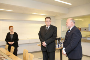 Auli ja Erkki Salo sekä Rikosseuraamuslaitoksen pääjohtaja Esa Vesterbacka.