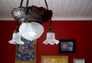 Niina Tapojärvi tykkää vanhoista esineistä ja itse tehdyistä sisustusjutuista. Makuuhuoneen lamppu on lapsuudenkodista ja taulukolllaasi on värkätty tapetinpaloista.