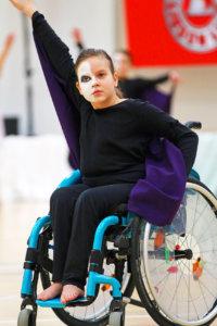 Helmi Saxberg on yksi Viialan Pyryn Snowflakes-ryhmän tanssijoista. Hänen osaansa ei korosteta, vaikka reipas ja hymyilevä kymmenvuotias tanssiikin pyörätuolissa. Kuvat: Marko Vihriä