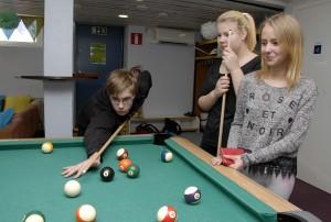 Jasper Näsi, Minja Tammipuro ja Nora Lehtonen pelaavat nuorisotilassa usein biljardia.