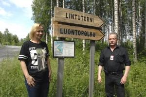 Kaupunginpuutarhuri Heli Laine ja työtoiminnan ohjaaja Risto Viitanen ovat tyytyväisiä, että luontopolku on taas kunnossa Sataman puoleiselta osalta.