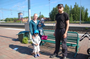 Vilho Leppämäki (vas.) on suuri junafani. Vilhon mukana junareissulla olivat äiti Johanna Leppämäki, pikkuveli Nestori Leppämäki ja isä Juho Leppämäki.