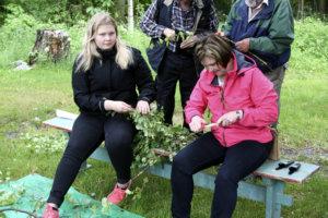 Kalvolan apteekin joukkue. Vasemmalla Jenni ja oikealla Kirsi Rantala.