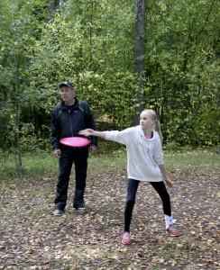 Viivi Jokelan tyylipuhdasta heittoa frisbeegolfradalla ihailee Hannu Leppälä.