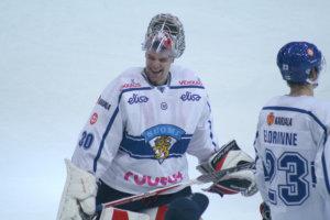 Voittajan on helppo hymyillä. Hari Säteri virnuili vaihtoaition suuntaan Tsekin kaaduttua 2-1 viime lauantaina Helsingin EHT-turnauksessa.