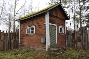 Toijalan Näyttämön puheenjohtajan Jaana Saarelan mukaan pieni savusauna on sisältä homeessa.