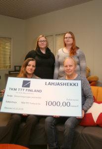 Suvi Stolt (edessä vasemmalla) luovutti lahjasekin Laura Oksaselle, Johanna Ala-Pappilalle ja Jouko Pekkariselle.