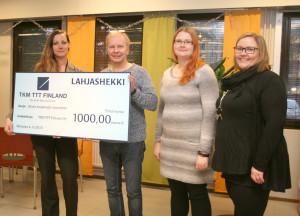 Suvi Stolt (vas.) luovutti lahjasekin Jouko Pekkariselle, Johanna Ala-Pappilalle ja Laura Oksaselle.