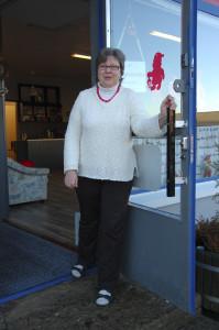 Sirkka-Liisa Uimi toivottaa kaikki tervetulleiksi Koko kylän Olkkariin avattavaan lehtienlukupisteeseen.