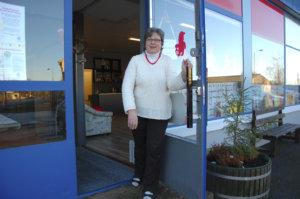 Sirkka-Liisa Uimi toivottaa kaikki tervetulleiksi lehtienlukupisteen avajaisiin Koko kylän Olkkariin 5. tammikuuta.