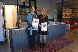 Satu Uimi (vas.) ja Jenni Töppärä palkittiin 100 euron stipedeillä kiitokseksi vapaaehtoistyöstä Koko kylän Olkkarilla.