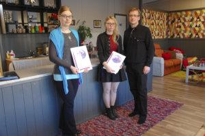 Satu Uimi (vas.) ja Jenni Töppärä saivat LC Kylmäkoskelta 100 euron stipendit, jotka Lauri Seppälä ojensi.
