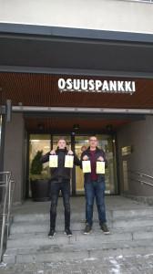 Niclas Koskinen ja Pentti KallioTiura osallistuivat myyntityöhön osuuspankin edustalla. Kuva: Lari Löflund.