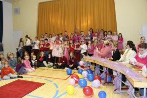 Nahkialan koulun muotinäytöksen malleille oli annettu ohjeeksi pukeutua pinkkiin.