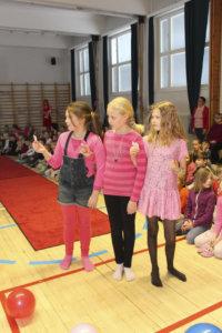 Arabella Kroon (vas.), Enni Koppanen ja Henna Kyrölä pukeutuivat pinkkiin.