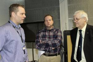 Paloesimies Sami Ahola, maanviljelijä Arto Arola ja yli-insinööri Hannu Wirola jatkoivat keskustelua tilaisuuden jälkeen.