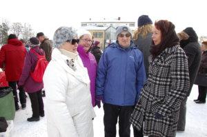 Pia Viitasen (oik.) kanssa torilla juttelivat Tapani Lampela, Hilkka Heinonen ja Liisa Lampela.