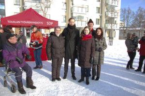 Reijo Nieminen ja Tarja Reunanen tulivat Toijalan torille tapaamaan Ilmari Nurmista, Sanna Marinia, Jukka Gustafssonia ja Pia Viitasta.
