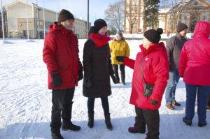 Raija Toivonen (oik.) ja Aarne Kiuru muistuttivat Sanna Marinia ilmastonmuutoksen torjumisen tärkeydestä.