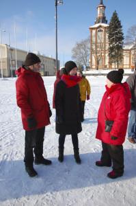 Sanna Marinin (keskellä) juttukaverikseen nappasivat Aarne Kiuru ja Raija Toivonen.