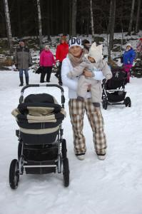 Maarit Uusitalo ja Sasu Kari kävelivät Kekkään, sillä Sasu kulkee lastenvaunuissa.
