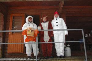 Toijalan Moottorivenekerhon naiset Aune Kivi (vas.), Tuula Takaniemi ja Anja Koskinen saivat aikaan hymyjä pukeutumisellaan.