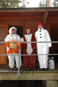 Aune Kivi (vas.), Tuula Takaniemi ja Anja Koskinen olivat pukeutuneet naamiaisasuhin lasten iloksi.