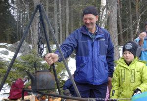 Ilkka Rehuttu vastasi nokipannukahveista. Vieressä kahvinkeittoa seuraa lapsenlapsi Joona Rehuttu.