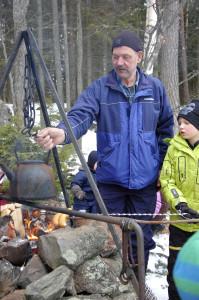 Ilkka Rehuttu keitti hyvät nokipannukahvit. Toimitusta seuraili vierestä lapsenlapsi Joona Rehuttu.