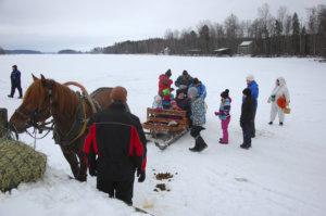 Kyyti kohti Kekkää on lähdössä ja hevosrekitaksi alkaa täyttyä.